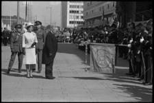 5294-1 President A. Schärf van Oostenrijk groet bij stadhuis Coolsingel het vaandel van de opgestelde Erewacht van het ...