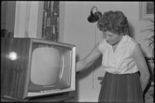 5304 Dame bij televisietoestel in huiskamer.