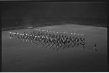 5307 Optreden in het Feyenoord-stadion van de Marinierskapel en hun fakkeldragers.