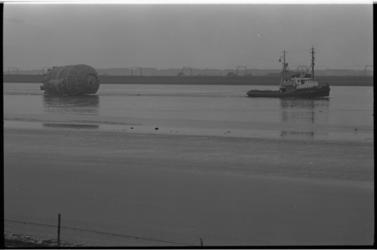 5308-1 Transport van 25 m lange boldruktank voor de tweede rubberfabriek van Shell in Pernis op de Nieuwe Waterweg.