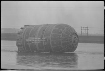 5308-2 Transport van 25 m lange boldruktank voor de tweede rubberfabriek van Shell in Pernis op de Nieuwe Waterweg.