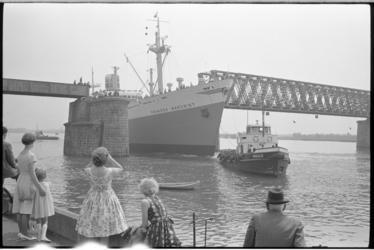 5309 Publiek kijkt hoe de Prinses Margriet (schip) van de Oranjelijn de Baanhoekbrug passeert.