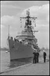 5313 De Amerikaanse torpedobootjager Dewey arriveert bij de Parkkade.