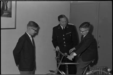 5316 Hans Looman en Jan van Hensing van het Sint- Franciscuscollege, winnaars van verkeersexamen krijgen op het ...