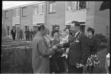 5322-2 Burgemeester Van Dijk van Capelle aan den IJssel overhandigt de sleutels aan familie Vos, de eerste bewoners van ...