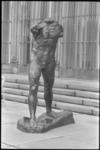 5327 Beeld 'l'Homme qui marche' van Rodin staat voorlopig op het tuinterras van museum Boijmans-Van Beuningen.