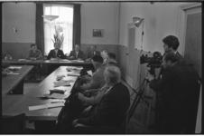 5332 Filmopnamen tijdens raadsvergadering Rozenburg met burgemeester J.C. Aschoff als voorzitter.