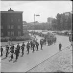 5342 Overzicht van marcherende Koninklijke Rotterdamse Postharmonie-leden en grote groep meelopende jeugd op hoek ...