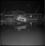 5344 Werkboot wordt te water gelaten in metrodok bij het Stationsplein.