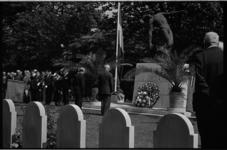 5345 Overzicht op begraafplaats Crooswijk bij het monument van de gevallenen in de Tweede Wereldoorlog, tijdens ...