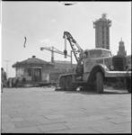 5350-1 Oude Tramhuisje aan het Weena op transport met een Verhagen-kraanwagen. De liftschacht is van het in aanbouw ...