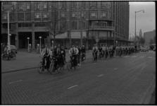 5357 Politieagenten nemen deel aan de 14e Laura-rijwielrit en passeren hier het Groothandelsgebouw aan de zijde van de Weena.