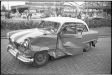 5363 Beschadigde auto op het Weena voor showroom Broedelet.