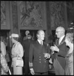5367 Burgemeestersechtpaar Van Walsum in de Burgerzaal in gesprek met de commandant van de Engelse kruiser 'Blake' met ...