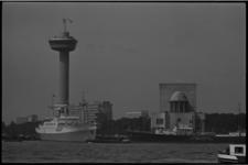 5368-1 Parkhaven met links schip Prinses Margriet en rechts de Cumulus aan de kade. Verder Euromast, Dijkzigtziekenhuis ...