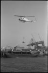 5370 Transportdemonstratie van helicopter die lading lost uit binnenvaartschip.