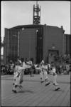 5378-1 Morris Dansers in actie bij de Morgensterkerk aan het Slingeplein (Rotterdam-Zuidwijk).