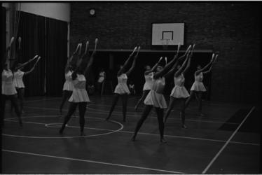 5382 Turndemonstratie Keucheniusschool, leerlingen zwaaien in een sportzaal met hun gymnastiekknotsen.