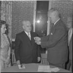 54 De medaille wordt opgespeld bij W.J. Hatenboer.
