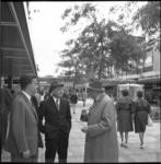 5400 De Italiaanse architect, professor dr. ir. Pier Luigi Nervi, (midden) in de Lijnbaan met ir. C. van Traa, ...