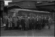 5411 Bejaarden verzameld bij bruggenhoofd aan Prins Hendrikkade 65 in verband met bustocht.