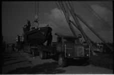 5442 Jacht op oplegger van transportonderneming Troost in de takels voor tewaterlating in Voorns Kanaal.