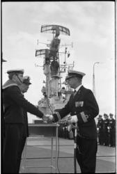 5443 Commandeur van de Koninklijke Marine, aan boord van vliegdekschip 'Karel Doorman' schudt de hand van een matroos.