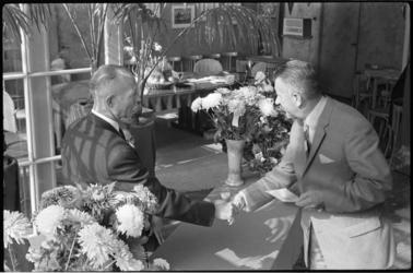 5445 Feijenoord-voorzitter C.J.R. Kieboom (rechts) schudt de hand van terreinchef Jaap Barendrecht.