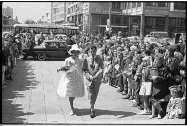 5448-1 Mejuffrouw Lenie Waterreus en Feijenoord links-buiten Coen Moulijn op weg naar het stadhuis voor hun ...