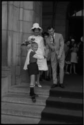 5448-2 Kleine fan schudt de hand van bruidegom Coen Moulijn terwijl bruid L.Waterreus lacht.