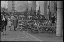5468-1 Centrumbezoekers lopen langs het lege terras van het Beursgebouw op de Coolsingel/hoek Beursplein.