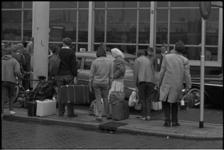 5468-2 Reizigers voor de ingang van het Centraal Station aan het Stationsplein.