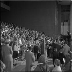 547 Traditionele paaszang op 2e Paasdag op trappen van Beursgebouw.