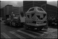 5471-2 Praalwagen van de ROTEB op de Coolsingel ter hoogte van stadhuis, tijdens bloemencorso.