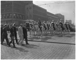 5472 De Spahi's worden op de Coolsingel geinspecteerd door burgemeester Van Walsum, de Franse ambassadeur en de ...