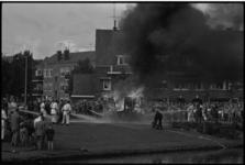 5473 Veel rook, vuur en publieke belangstelling tijdens blusdemonstratie van de brandweer in Schiebroek.