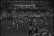 5476-1 Volksdansgroep van de 'Deutsche Wanderjugend' opent op het Karel de Stouteplein de vierde internationale ...