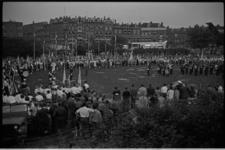 5476-2 Groot overzicht van de vlaggenparade op het Karel de Stouteplein in het kader van de Internationale Jeugdvierdaagse.