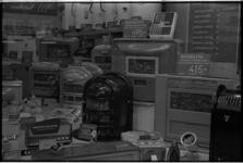 5481-2 Etalage met kolenkachels, bandrecorders en pick-ups, met vermeldingen van betalingstermijnen in afbetalingsmagazijn.