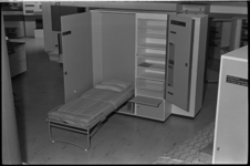 5484 Uitgeklapt bed, deel uitmakend van een slaapkamerkast.