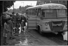 5493 Gehandicapten in de rij voor de schoolbus van de firma De Snelle Vliet.