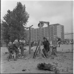5541 Kinderen bouwen een eigen speeltuin. Op de voorgrond de Olveh-flat aan de Van Oldenbarneveltstraat, op de ...