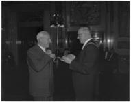 555 Burgemeester Van Walsum reikt een koninklijke onderscheiding uit aan H.E. van den Brule, wethouder van Bedrijven, ...