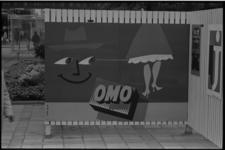 5561-2 Buitenexpositie affiches op de Lijnbaan met reclame voor OMO.