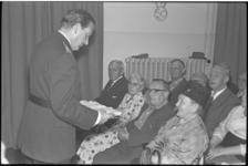 5564 Hoofdcommissaris A.Wolters reikt verkeersdiploma's uit aan ouderen.