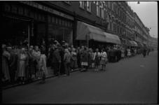 5565-1 Ouden van dagen in de wijk 'Oude Noorden' wachten op de Zwaanshals op de aankomst van autobussen voor hun ...