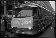 5565-2 Op de eerste bus -van een hele rij- was een spandoek vastgebonden met de tekst 'uitstapje Ouden van Dagen ...