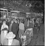 5566-1 De 350 deelnemers aan de bejaardenreis voor Rotterdam Noord vertrekken met bussen en begeleiders vanuit Zwaanshals.