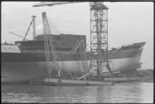 5569 Bok geknakt naast schip-in-aanbouw 'Marathon' bij scheepswerf Vuyk in Capelle aan den Ijssel.