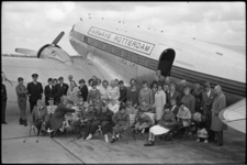 5575-1 Groepsfoto van kinderen en begeleiders Adriaanstichting voor het vliegtuig van Fairways Rotterdam.De kinderen ...